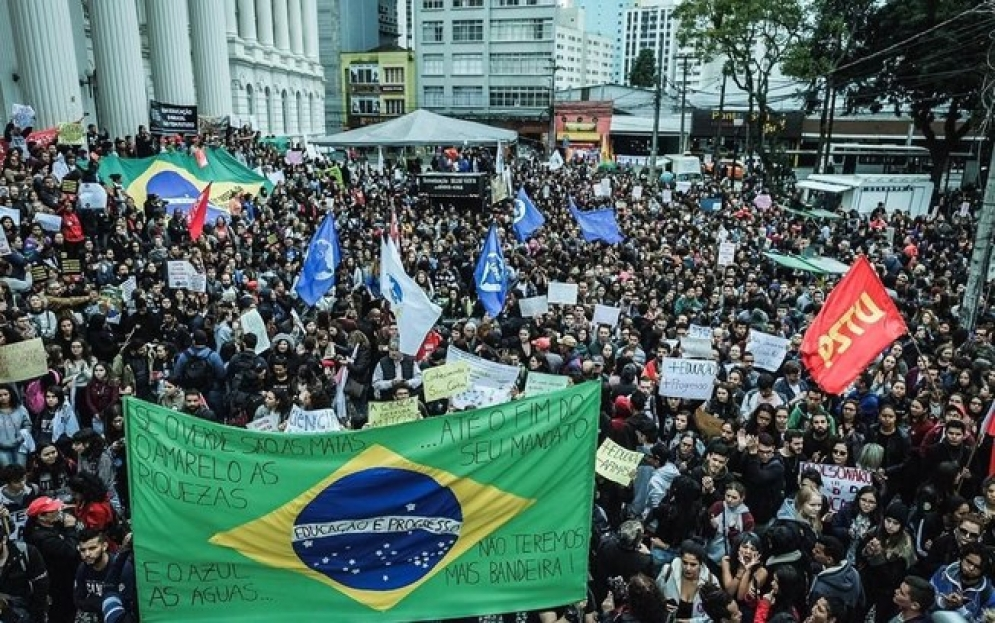 Alunos e professores de 17 estados e do DF protestam contra cortes do MEC