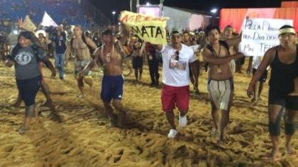Manifestantes invadem arena e protestam durante Jogos Indígenas