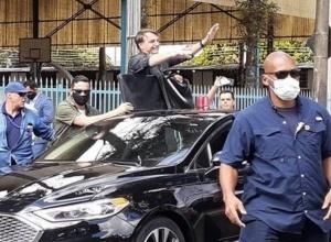Bolsonaro provoca aglomeração ao chegar em Minas Gerais neste sábado