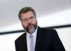 China pressiona por demissão de Ernesto Araújo para liberar insumos das vacinas