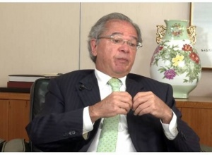 Deveríamos estar comprando vacina desde a época do Mandetta, diz Guedes
