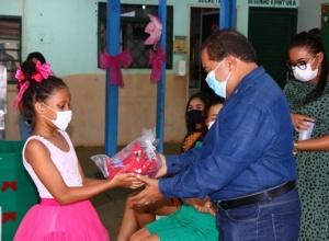 """Servidores da Setas entregam brinquedos da Campanha """"Faça uma Criança Feliz"""" para instituições beneficentes"""