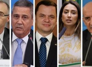 Bolsonaro doa cargos ao centrão enquanto busca por blindagem, dizem analistas