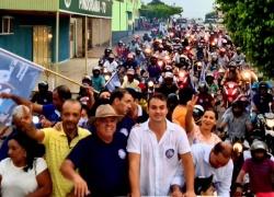 Debaixo de chuva, moradores de Pindorama participam carreata dos candidatos Thiago e Edinon