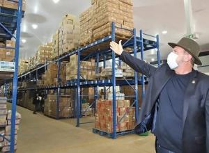 Governador Carlesse confere estoque de seringas para vacinação contra a Covid-19