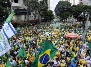 Bolsonaristas pedem intervenção militar em atos pelo Brasil